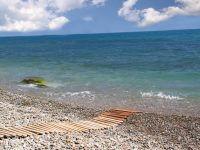 Галечный пляж отеля.