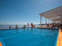детский бассейн с морской водой на пляже