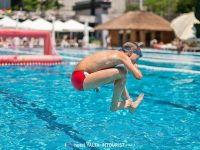 Прыжки в бассейне