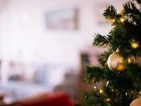 Игрушки на новогодней елке - праздник в Крыму