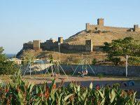 Вид на Генуэзскую крепость с территории ТОК